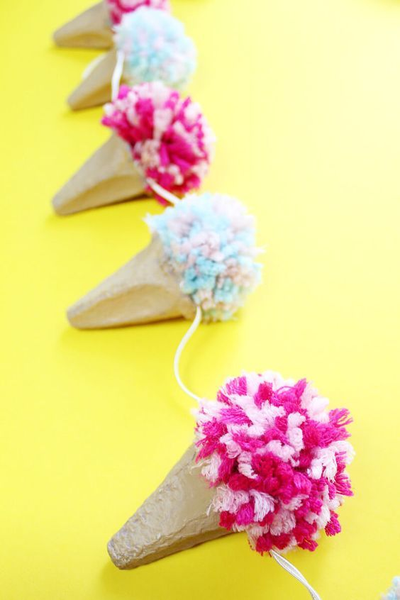 DIY Girlanden lassen sich schnell selbst basteln und sehen toll aus. Hier findest du eine kreative Anleitung für eine Eistüten-Girlande aus Eierkartons!