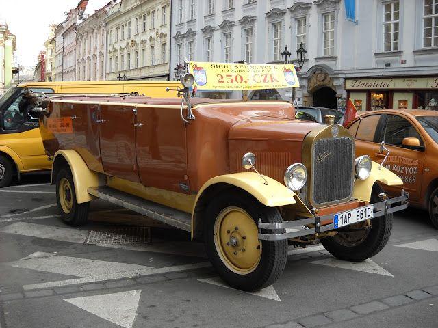 MĚSTO PRAHA: Automobiloví veteráni v Praze jako vyhlídkové jízd...