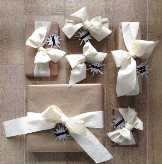Idee per i pacchetti di Natale - Fiocchi bianchi sui pacchetti regalo