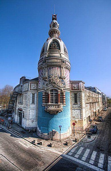 """France. La Tour """" Lu """" réhabilitée A l'origine il y avait deux tours qui identifiaient l'usine de fabrication des biscuits """" les peits-beurres """" et les pailles d'or."""