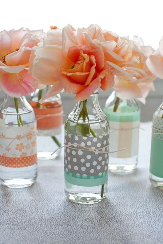 Decoupage moderno su bottiglie di vetro da usare come vasi