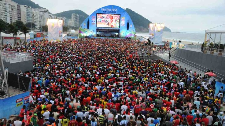 MAREA ROJA. El Fan Fest de la FIFA en la playa de Copacabana en Río de Janeiro, copado por los hinchas chilenos que no pudieron comprar entradas para asistir al partido España vs Chile de la Copa...