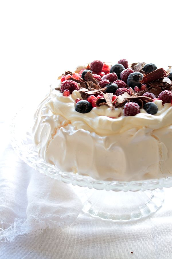 Divino Macaron: Pavlova con Crema de Vainilla, Frutos Rojos, Granada y Chocolate