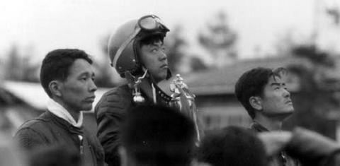写真:59年浅間火山レースライトクラス表彰式 左より 田中健二郎(2位)、島崎貞夫(優勝)、鈴木義一(3位)の各氏