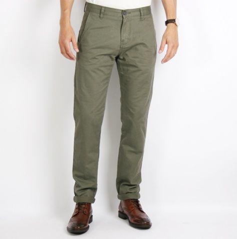Mossgröna chinos passar utmärkt till både bruna och svarta skor. Passande överdelar är vita tröjor och skjortor. Svart samt mörkgrått eller gråmelerat passar också utmärkt. #herrmode #mode #chinos #mossgrön #mossgrönt #Obsid http://www.obsid.se/mode-och-grooming/mossgron-hostens-stora-farg/