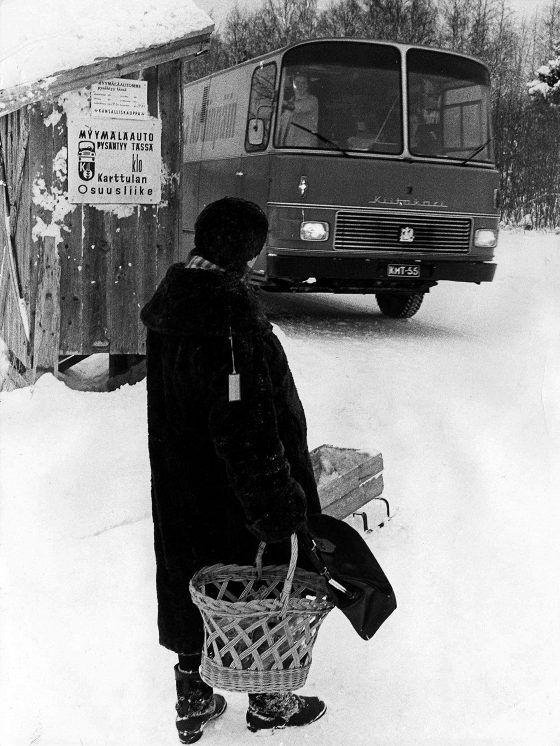 Rouva Mirjami Flinck odottaa myymäläautoa Itä-Karttulassa.