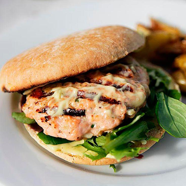 Få oppskriften på superdigg lakseburger av SALMA laget av Espen Nersveen fra bloggen HeiaMat.
