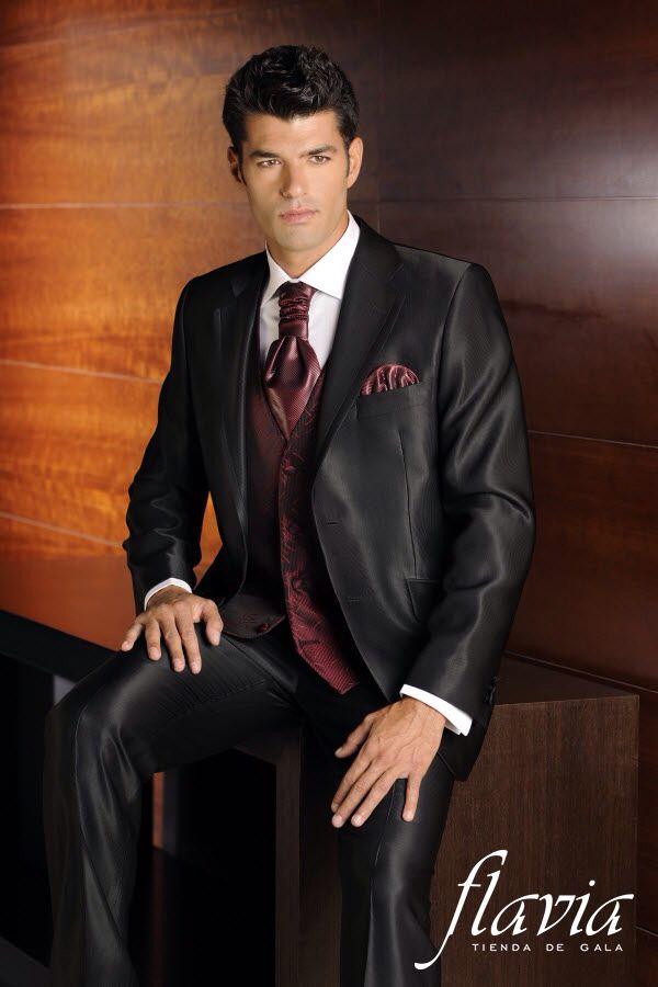 Elegante vestido de novio con corbata tono vino tinto, especial para una boda de noche
