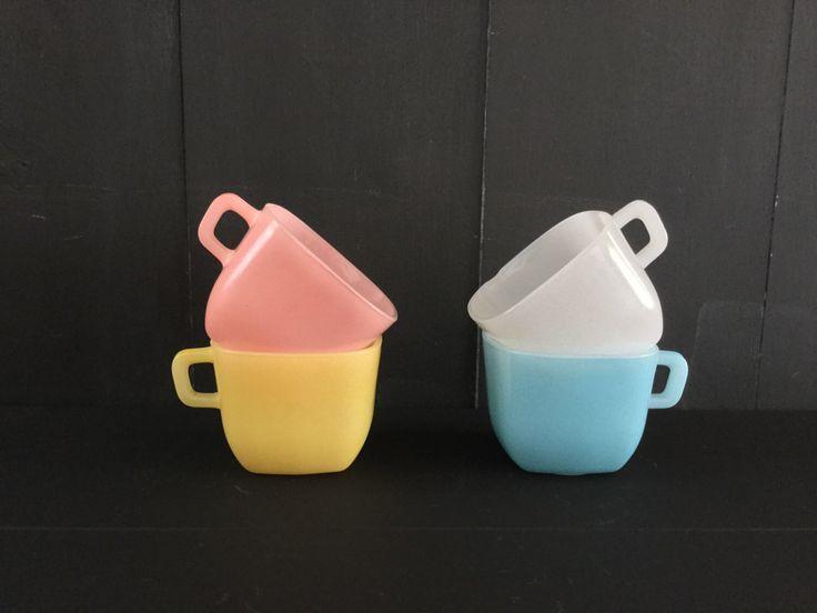 Een persoonlijke favoriet uit mijn Etsy shop https://www.etsy.com/nl/listing/280136592/vier-vintage-opaal-frankrijk-koffie-thee