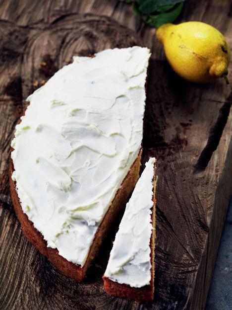 Kagen  tåler ingen sammenligning med tankstation-udgaven! Denne lækre   citronmåne er både saftig og velsmagende. Mascarponecreme kan   selvfølgelig erstattes af en klassisk glasur.