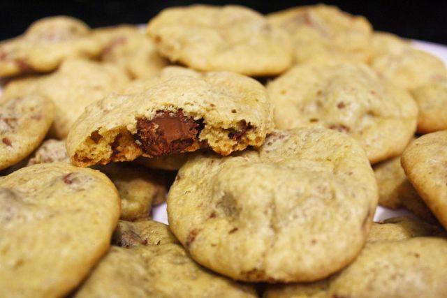 Biscoitos com Pedaços de Chocolate e Recheio de Baton