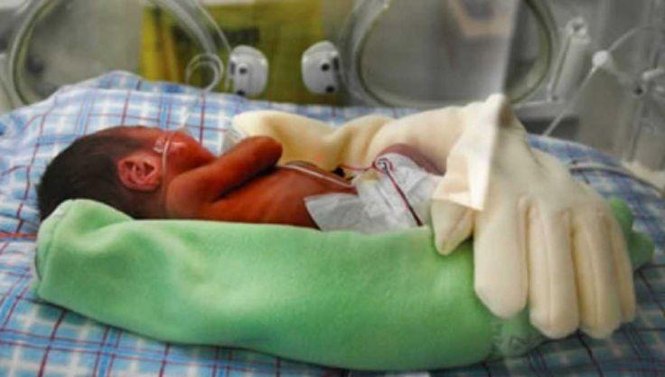 Ze legt een handschoen over haar pasgeboren baby. De volgende dag ontdekt de verpleegkundige DIT!