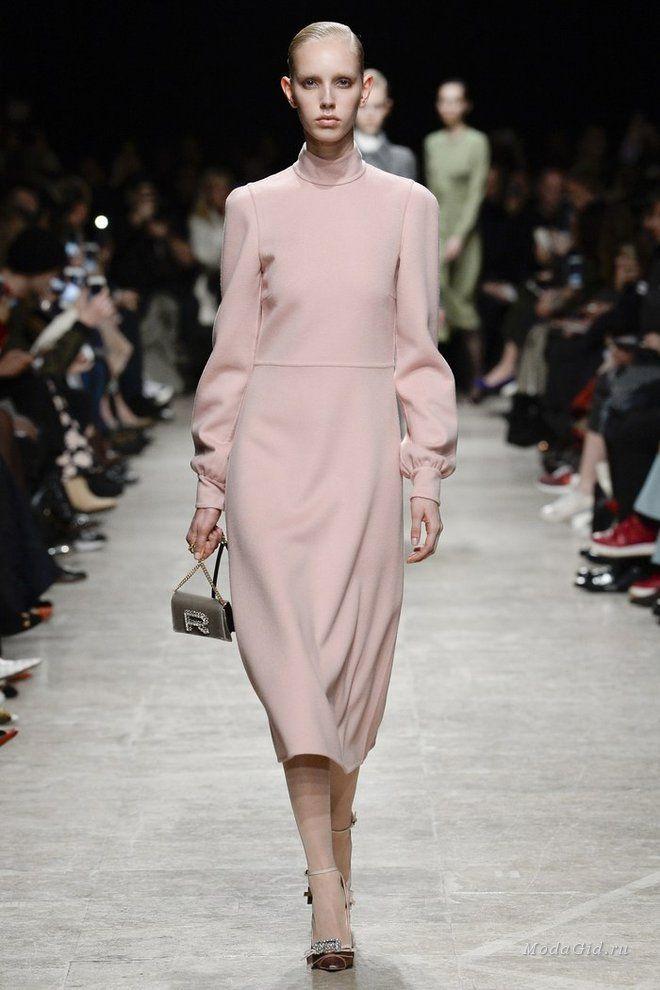 """Что значит слово """"элегантность"""" в контексте современной моды? Именно на этот вопрос отвечает осенне-зимняя коллекция модного дома Rochas. Пастельные цвета, платья длины миди, легкие намеки на стиль 40-х и 50-х годов, современные ткани и минимализм, кажется, являются вполне подходящим ответом."""