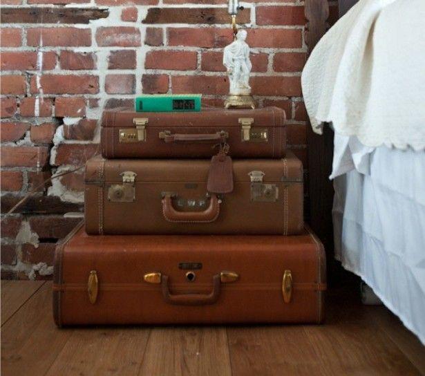 Comodino riciclato - Idee per arredare la camera da letto con vecchie valigie.