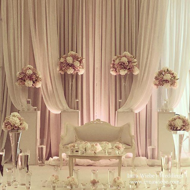 Jedes Brautpaar ist individuell und hat ihre eigenen Vorstellungen wie der schönste Tag aussehen soll. Wir, das gesamte Team von Inna Wiebe - Weddings bemühen uns jedes Wochenende aufs Neue unsere Brautpaare glücklich zu machen. www.innawiebe.com #wedding #wedding2016 #wedding2017 #flowers #blumen #inspiration #rosa #rose #bridetales #brautpaartisch #свадебнийдекор #свадба #love #bestteam #innawiebe_com #innawiebe #white #luxury #luxwedding #luxurywedding #rose #munich