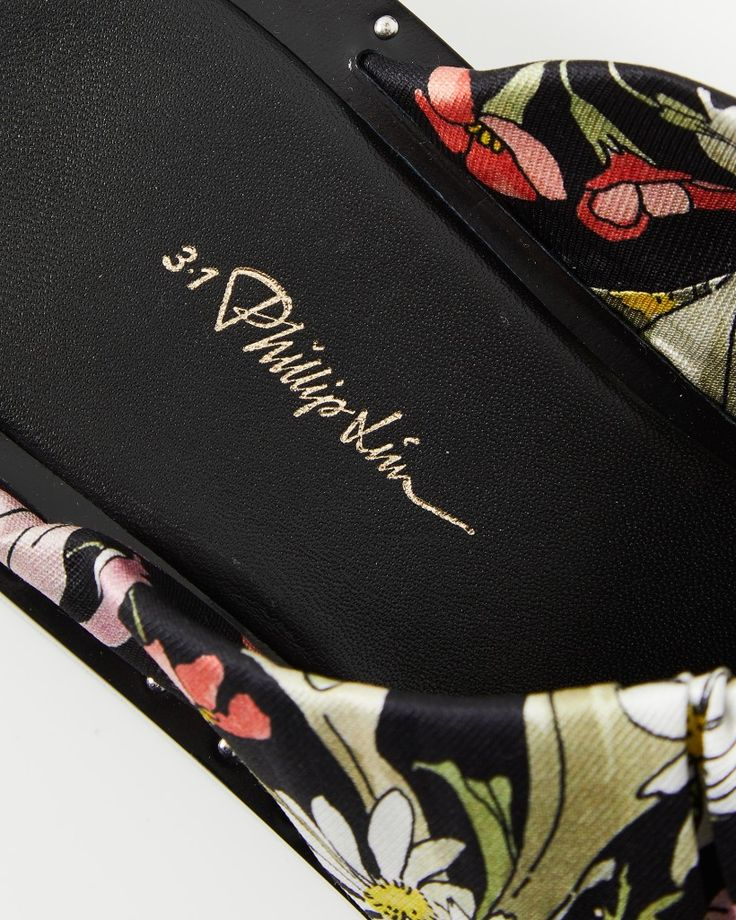 Hos Wakakuu hittar du noga utvalt High Fashion från några av världens populäraste varumärken