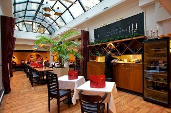 Bulevardi 7, portaat alas ja olet Tony's Delissä. Lounasravintola buffet-ratkaisuna. A la cartesta voi myös tilata, mutta edullinen lounas on yleensä paras ratkaisu. Iso ravintolasali takaa sen, että tilaa löytyy, vaikka onkin suosittu. Ruoka on hyvää kotiruokaa ja palvelu kiireestä huolimatta ystävällistä.