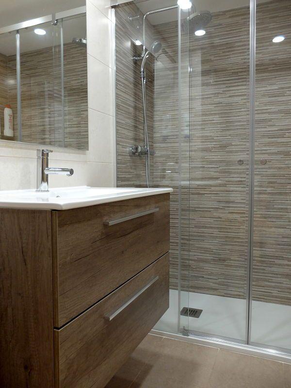 Los revestimientos cerámicos y el mueble del lavabo con ...