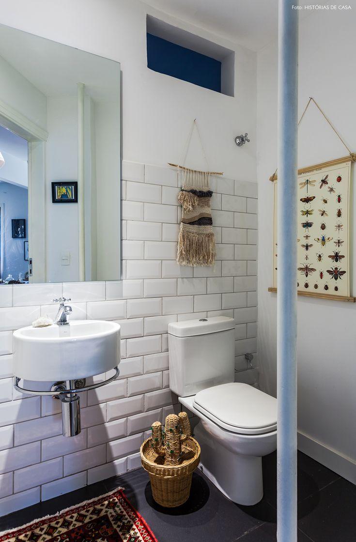 lavabo criativo com parede de subway tiles, macrames, piso cinza e detalhes artesanais