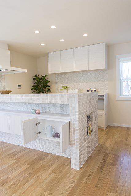 キッチンカウンター下にも便利な収納スペースを設けました。|キッチン|インテリア|カウンター|タイル|シャビーシック|おしゃれ|壁面収納|ウッド|リビング|かわいい|白いキッチン|