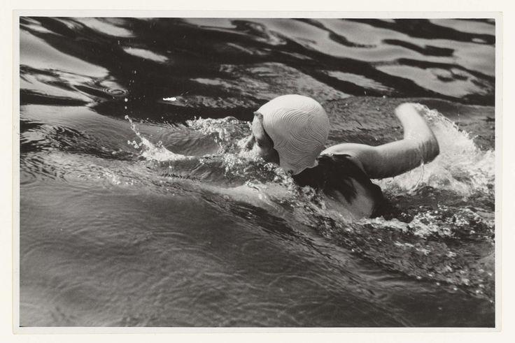 Fotodienst NSB | Zwemmend meisje, Fotodienst NSB, 1940 - 1943 | Een meisje met lichtgekleurde badmuts is aan het crawlen in een zwembad. Volgens opschrift achterop de foto gaat het om zwemwedstrijden in het Haagse Bosbad. 'Madel' winnares van de 100 meter crawl en de 100 meter rug.