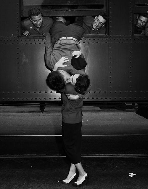 Korean War goodbye kiss.  Frank Q. Brown, Times archive / UCLA. Los Ángeles, 6 septiembre 1950. Robert Mayne y su esposa Gloria se dan un beso de despedida con la ayuda de Harvey Wilson del lado izquierdo y Frank Harvey. La pareja lleva 18 meses de casados y tienen una hija de 6 meses de edad.
