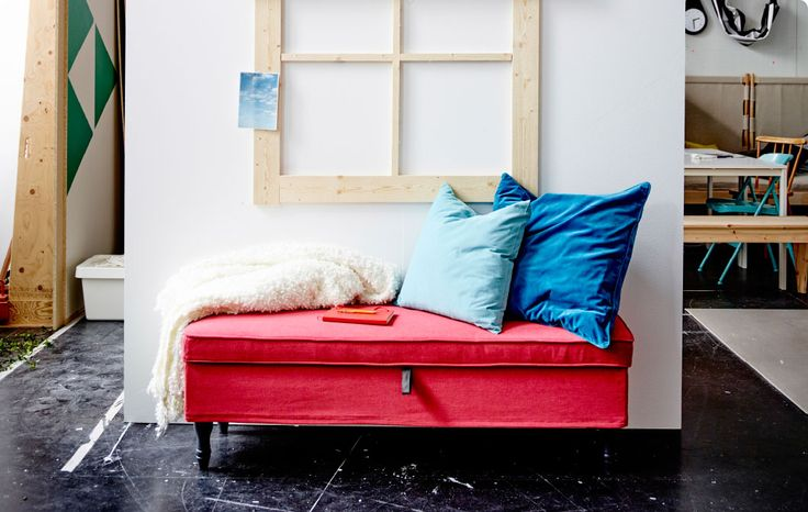 Photo d'un siège aménagé près d'une fenêtre avec oreillers et couverture