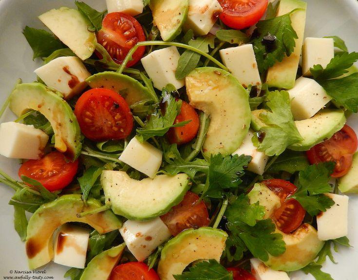 Salată cu avocado și roșii cherry