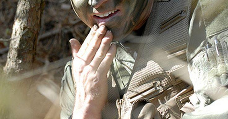 Cómo pintarse la cara como un soldado camuflado. Coloca la pintura de camuflaje en tu cara y demás partes expuestas de tu cuerpo para ocultar el brillo de tu piel. La piel tiende a brillar por los aceites naturales que contiene, y ese brillo puede revelar tu posición, así es que una forma de contrarrestar este efecto es cubrir tu cara y otras partes de tu cuerpo, como las orejas y los brazos, ...