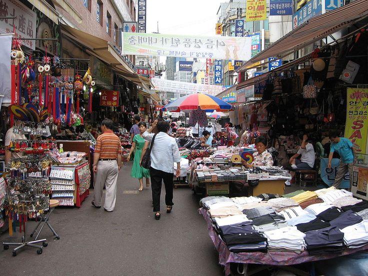 Mercado Namdaemun é o maior e mais antigo mercado de rua da Coreia do Sul. Lá você encontra de tudo! Roupas, souvenirs, bugigangas e comida. A maior parte do mercado fica aberta 24 horas. Em Seul, Coréia do Sul.   Fotografia: Johannes Barre.  https://viagem.catracalivre.com.br/brasil/onde-ficar/indicacao/cinco-razoes-para-visitar-e-amar-seul-capital-da-coreia-do-sul/