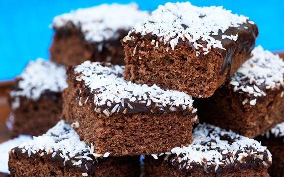 Kärleksmums är en riktig klassiker med underbart god glasyr som smakar kaffe och choklad. Och om det inte är kokos på toppen är det inte Kärleksmums!