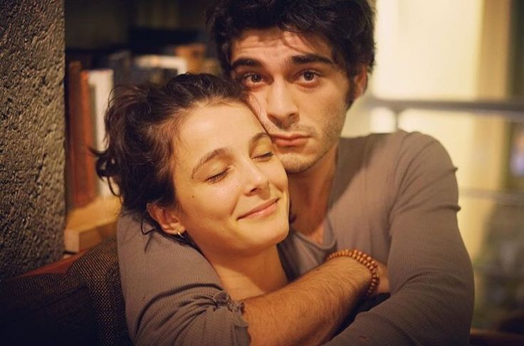 Büşra develi ve burak deniz  she does not see who is fooling her from behind