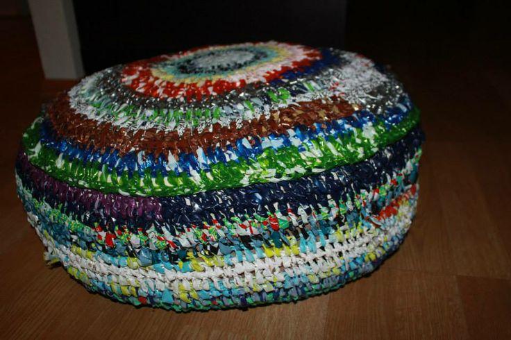 Puff hecho de bolsas de colores :)