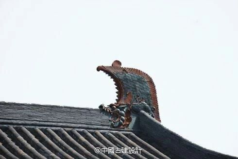 Traditional Chinese roof ridge decor, Song Dynasty. Roof ridge decor in Chinese architecture serves a feng shui function of deflecting harmful qi from approaching the inhabitants.