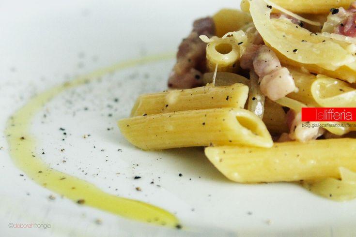 La pasta con pancetta e vino bianco è un primo con pochi ingredienti, facilissimo da preparare e sorprendentemente gustoso; pronto in tavola in 20 minuti!