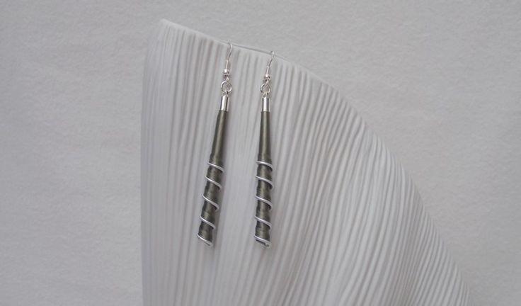 Boucles d'oreilles spirales longues kaki en capsules alu recyclées : Boucles d'oreille par inspicreativ