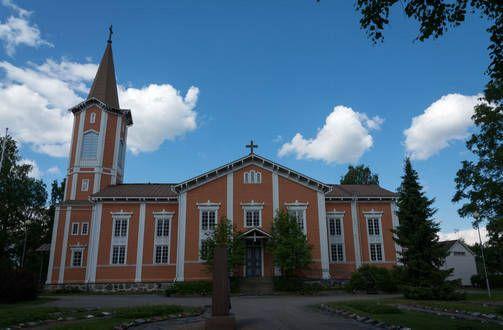 Suonenjoen kirkon sisätilat olivat pitkään varsin ilmeettömän näköiset. 1950-luvulla tehdyssä peruskorjauksessa kirkon koristeet poistettiin tai piilotettiin, ja seinät maalattiin neutraaleiksi. Myös kirkon ulkoväritys oli pitkään maalarinharmaa. Myöhemmissä remonteissa rakennus on kuitenkin saanut takaisin alkuperäisen oranssin värinsä ja sisätilat on palautettu 1920-luvun koristeelliseen tyyliin