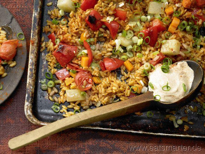 Gemüse-Reis-Pfanne aus dem Ofen mit Kohlrabi, Paprika und Möhren. | Kalorien: 416 kcal | Zeit: 45 min. #vegetarian http://eatsmarter.de/rezepte/gemuese-paella-ofen/