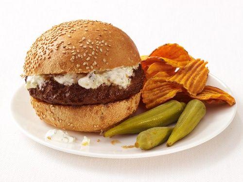 Пряные гамбургеры с огурцами и йогуртом   Ингредиенты к рецепту:   1/2 огурца, очистить от кожуры и семян (по желанию), мелко порубить  1/2 ст. обезжиренного натурального йогурта  1 ст. л. рубленой свежей кинзы  Крупная соль и свежемолотый перец  550 гр. постного говяжьего фарша  1/4 ст. мелкорубленого красного лука  1 зубчик чеснока, мелко натереть  1,5 ч. л. красного или желтого порошка карри  1 ст. л. оливкового масла  4 булочки для гамбургера, разрезать пополам и обжарить  Картофельные…