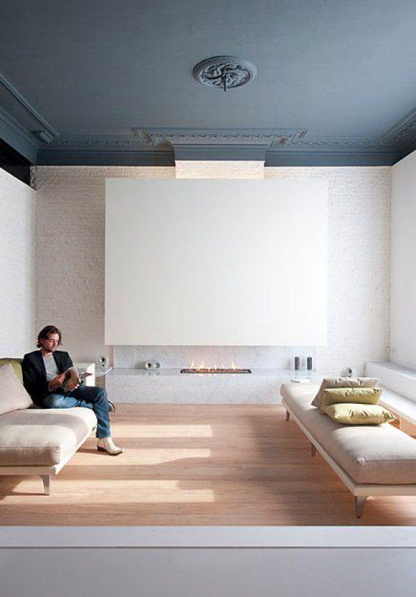 <p>Peindre un plafond en couleur c'est aussi sublimer des détails et des ornements architecturaux. Dans ce salon, le style minimaliste du décor se confronte sans heurt au plafond moulur...