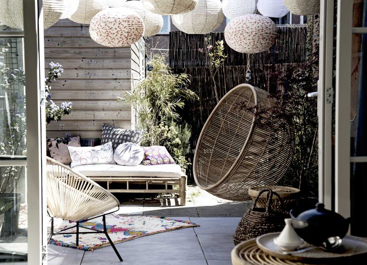 Terras met lampionnen | terrace with latterns | vtwonen 08-2016 | styling: Anke Helmich