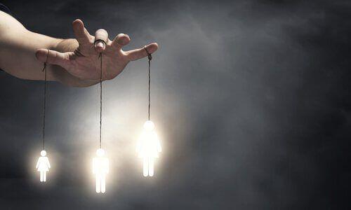 Manipuloivan ihmisen tapa käyttäytyä voi johtaa siihen, että teet mitä hän toivoo etkä edes huomaa sitä, näin tehden sinusta oman elämäsi uhrin.