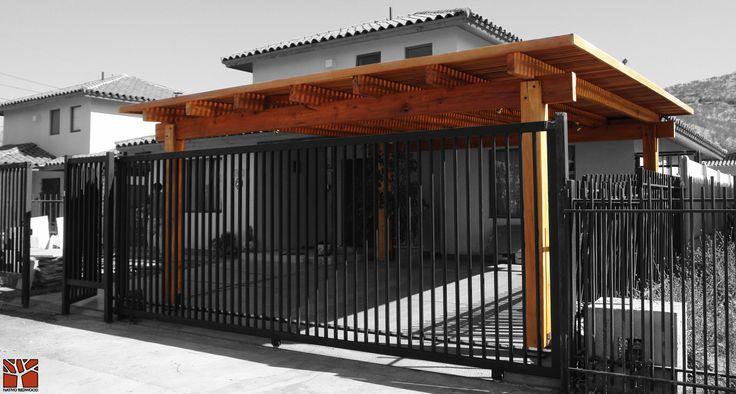 Nativo Redwood. Estacionamiento en casa de condominio en Huechuraba, con estructura de maderas nativas en roble rústico con vigas con punta de can rectas con techo con treillage recto. www.nativoredwood.com contacto@nativoredwood.com