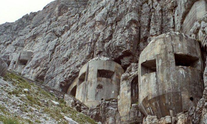 Desde tiempos remotos los pueblos, las ciudades y las naciones han construido muros defensivos, algunos tan impresionantes como la Gran Muralla China, el Muro de Adriano o las murallas de Ston. Más recientemente, los conflictos bélicos del siglo XX en Europa dejaron el continente salpicado de fortif