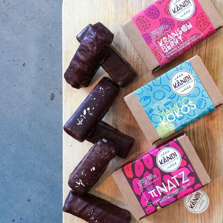 Nieuw vegan handmade chocolade bars van Kändi! Gemaakt van pure chocolade geoogst en geproduceerd in Ecuador. In de smaken:  # piNatz (met cashew, caramel, pinda's en een beetje zeezout) # Mango/Kokos (met kokos en mangocaramel) # Kransch Berry met framboos en crunchy stuff).   2 bars in 1 schattig doosje!  #vegan #guiltypleasure #wijzijnfan #kändi