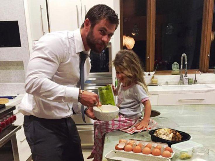 CHRIS HEMSWORTH cooking with his daughter India Rose - Διάσημοι μπαμπάδες μαγειρεύουν παρέα με τα παιδιά τους | Table Art - Art de la Table