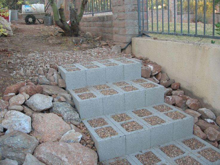 Escada de bloco cru de concreto cheio de cascalho.
