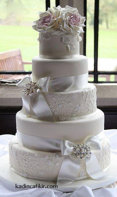 Düğün pastalarına örnek olarak çok şık taşlı incili kurdeleli süslü dantelli güllü düğün pastası modeli | Kadınca Fikir