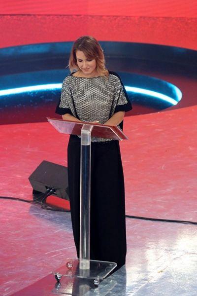 """Sabrina Simoni,direttrice del Piccolo Coro """"Mariele Ventre"""" dell'Antoniano di Bologna, indossa laviniaturra. T-shirt di cady e pailettes e pantalone palazzo di crepe, tutto A/I 2014-15."""