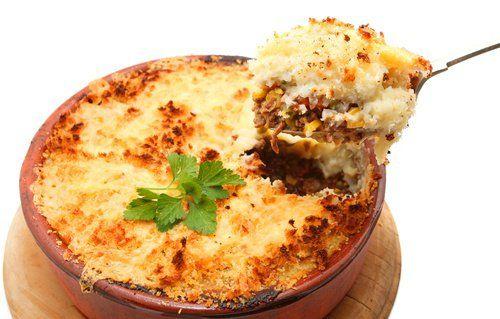 El pastel de puré de patata y carne picada es un plato único delicioso y muy sencillo de preparar. Con unas patatas, verduras y carne picada, podemos hacer una especie de lasaña en la cual se sustituye la pasta, por un delicioso y suave puré de patatas.